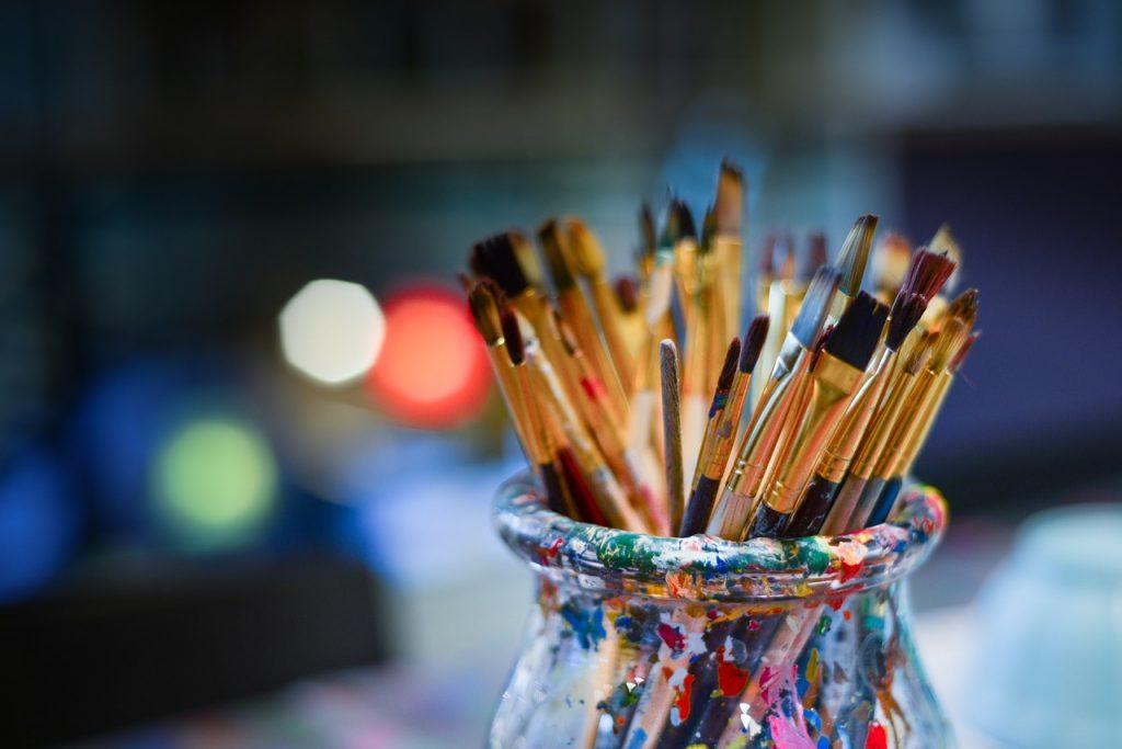 kreativ bøtte med pensler